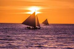 Varende boot bij zonsondergang Royalty-vrije Stock Afbeeldingen