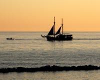 Varende Boot bij Zonsondergang Stock Foto's