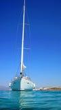 Varende boot in blauwe overzees royalty-vrije stock foto's
