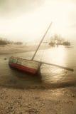 Varende boot in de mist stock foto's