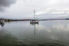 Varende boot in de mist, Baai van Branden stock foto