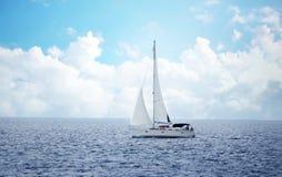Varende boot in de wind Royalty-vrije Stock Foto