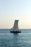 Varende boot in de wind Royalty-vrije Stock Afbeelding