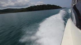 Varende boot in de wind door de golven, die in de wind met snelheidsboot bij volledige snelheid varen terwijl het overzees door o stock video
