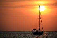 Varende boot in de zonreeks Stock Afbeeldingen