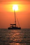 Varende boot in de zonreeks Stock Foto's