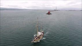 Varende boot die haven verlaten Poolbeg dublin ierland stock video