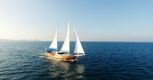 Varende boot die met open zeilen in het overzees navigeren stock footage
