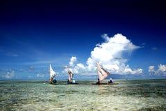 Varende boot drie op een tropische lagune Royalty-vrije Stock Foto