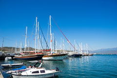Varende boot in haven Royalty-vrije Stock Afbeelding