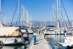 Varende boot in haven royalty-vrije stock afbeeldingen