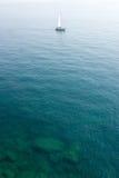 Varende boot in helder water royalty-vrije stock foto's