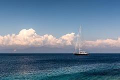 Varende boot in het Ionische overzees stock foto's
