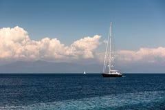 Varende boot in het Ionische overzees stock afbeelding