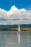 Varende boot in het meer Stock Foto