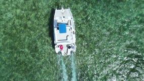 Varende boot, jacht of catamaran in Caraïbisch zeewater Dominicaanse Republiek stock video