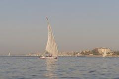 Varende boot met een roman zeil Stock Foto's