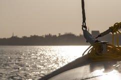 Varende boot met een roman zeil Stock Afbeeldingen