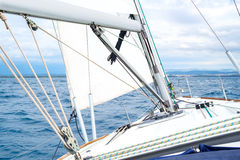 Varende boot met hemel en overzees Stock Foto's
