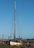 Varende boot met lange mast royalty-vrije stock afbeelding