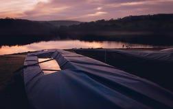 Varende boot onder dekking stock afbeeldingen
