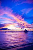 Varende boot in ontzagwekkende zonsondergang in Boracay-eiland royalty-vrije stock foto's