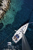Varende boot op Adriatische overzees stock afbeelding