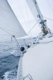 Varende boot op bewolkte winderige dag Stock Afbeeldingen