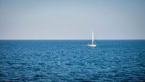 Varende boot op blauwe overzees met blauwe hemel met witte boot alleen in karimunjawa stock afbeeldingen