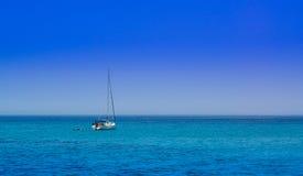 Varende boot op de open zee Royalty-vrije Stock Foto's