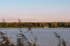 Varende boot op een kalm meer met bezinning in het water Rustig scènelandschap Horizontale foto stock foto