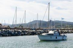 Varende boot op een kust Stock Foto