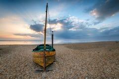 Varende Boot op een Strand royalty-vrije stock afbeelding