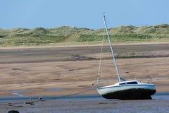 Varende boot op estuarium stock afbeeldingen
