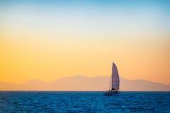 Varende boot op het avondoverzees Royalty-vrije Stock Foto