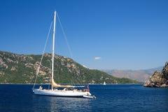 Varende boot op het Egeïsche Overzees Royalty-vrije Stock Foto's