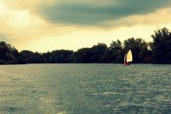 Varende boot op het meer Stock Afbeelding