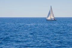 Varende boot op het overzees Stock Afbeelding