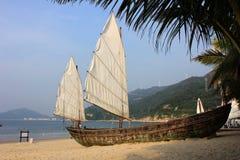 Varende boot op het strand royalty-vrije stock fotografie