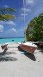 Varende boot op het strand Stock Afbeelding