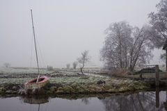 Varende boot op kust in weide Royalty-vrije Stock Foto