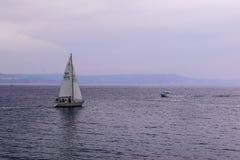 Varende boot op Weymouth-wateren stock afbeeldingen