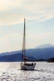 Varende boot op zee op de achtergrond van bergen Royalty-vrije Stock Afbeelding