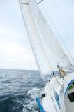 Varende boot op zonnige winderige dag Royalty-vrije Stock Afbeeldingen
