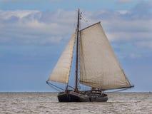 Varende boot van de Flatbottom de bruine vloot royalty-vrije stock afbeelding