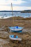 Varende boten bij eb dichtbij St. Malo in Bretagne stock foto's