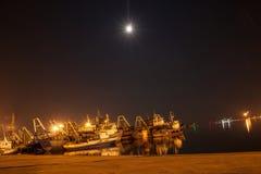 Varende boten bij haven in nacht Stock Foto