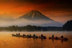 varende boten bij Meer Shoji met Fujisan stock fotografie
