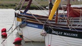 Varende boten bij quayside stock video