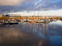 Varende Boten in Cardiff Wales bij Zonsondergang Royalty-vrije Stock Afbeeldingen